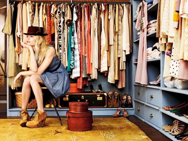 image femme devant sa garde robe