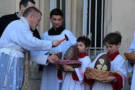 bénédiction des oeufs de pâques par le prêtre