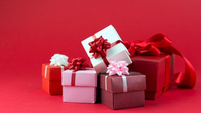 image divers cadeaux emballés pour la fête des mères