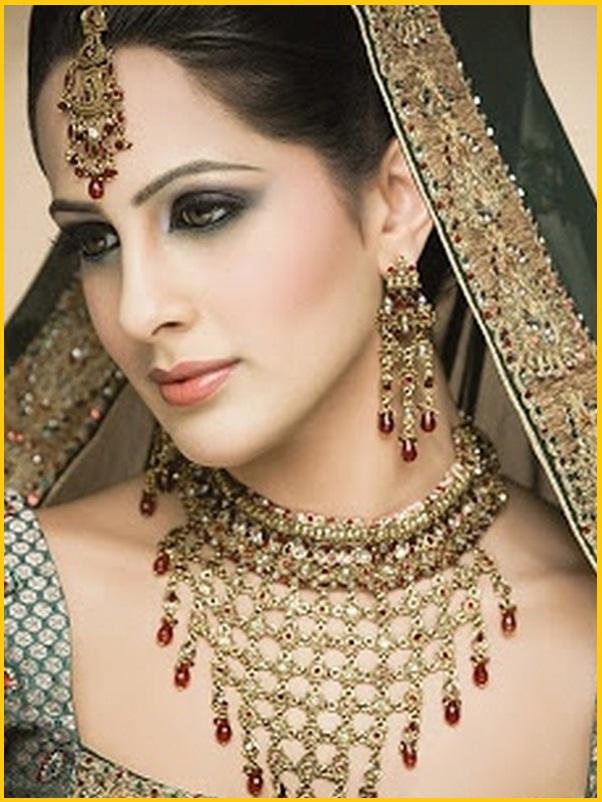 image femme indienne avec beaux bijoux