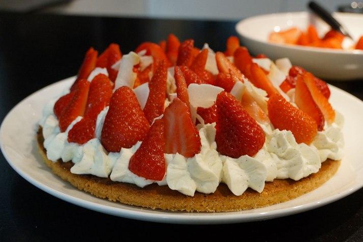 image gâteaux noisettes, amendes et fraises, chantilly