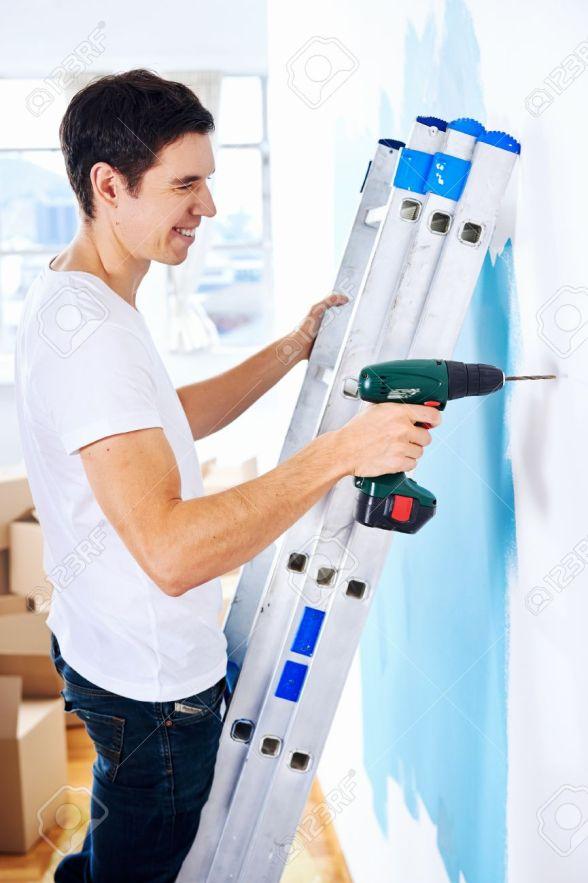 homme faisant travail de bricolage