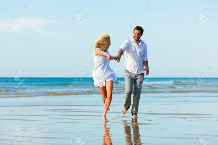 amoureux avec tenue blanche assortie à la plage