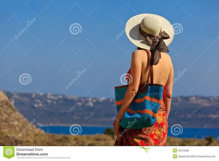 femme avec joli sac de plage