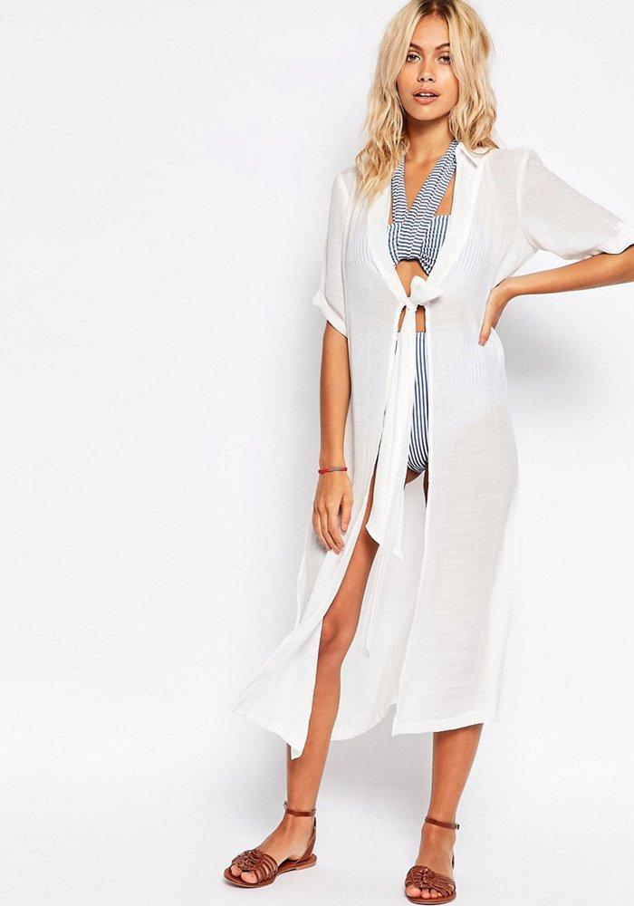 femme avec jolie robe de plage