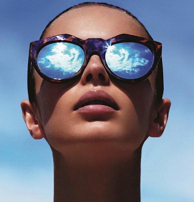femme avec lunette de soleil effet miroir