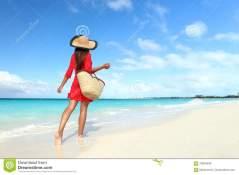 femme avec tenue et sac de plage
