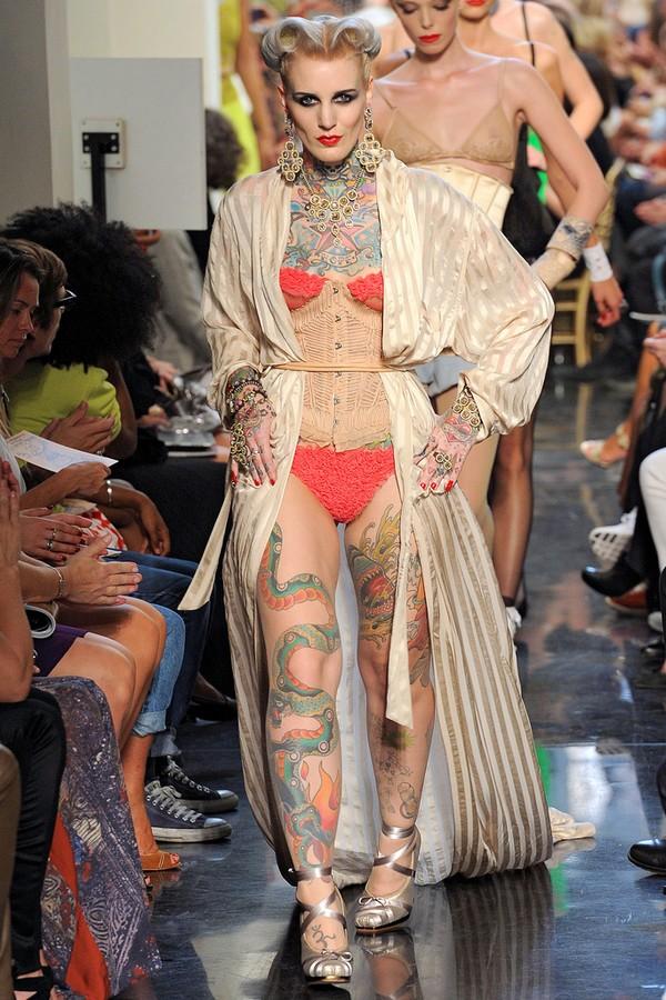 Défilé de JPG avec mannequins tatoués