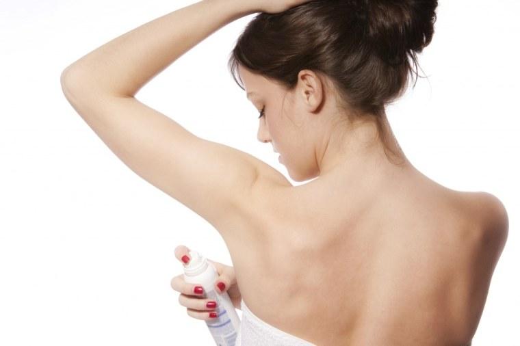 femme-mettant-un-deodorant