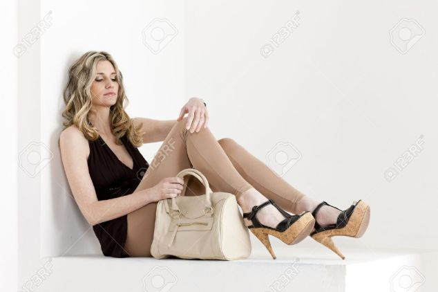 femme-portant-un-sac-a-main