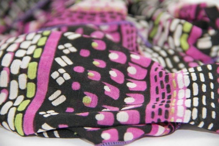 foulard-en-soie-pour-proteger-vos-cheveux-avant-de-dormir