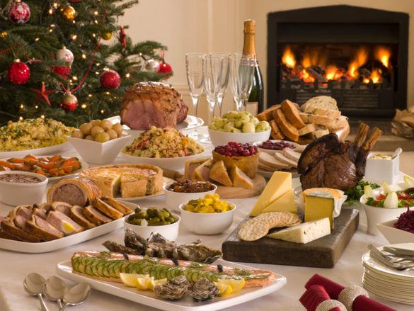 table-de-noel-bien-garnie-de-plats-gormands