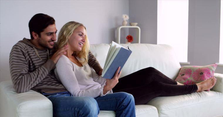 couple-en-lecture-sur-footage-framepool